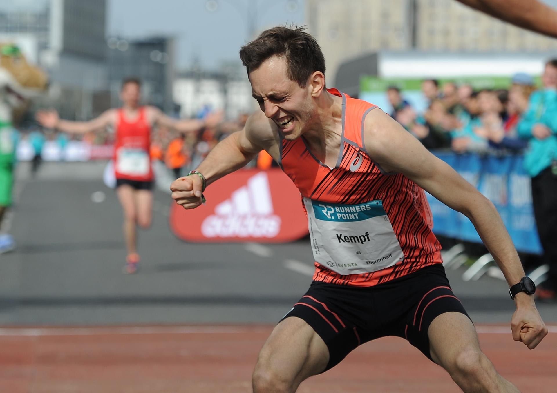 Freude im Ziel beim Halbmarathon in Berlin