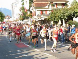 David Senn inmitten der Weltspitze kurz nach dem Start am Jungfrau Marathon