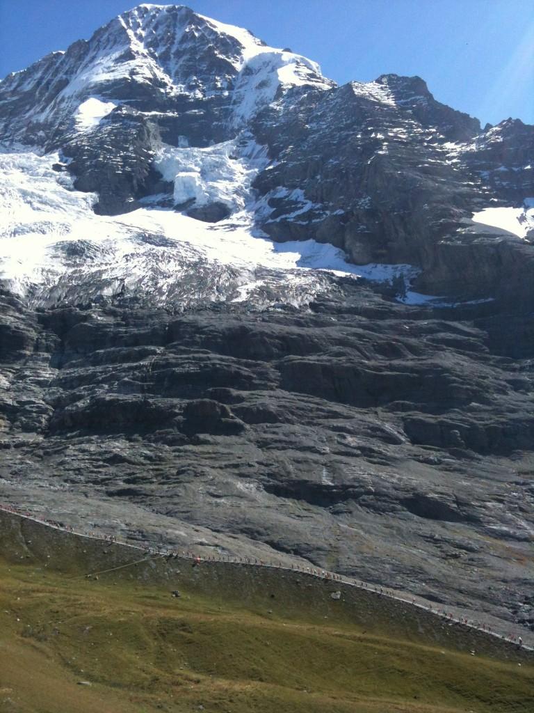 Jungfrau Marathon-Läufer auf der Moräne: Aufgereiht wie an der Perlenschnur