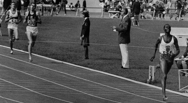 """""""Kip"""" Keino lief an den Olympischen Spielen 1968 mit historischem Vorsprung ins Ziel des 1500m-Laufes"""