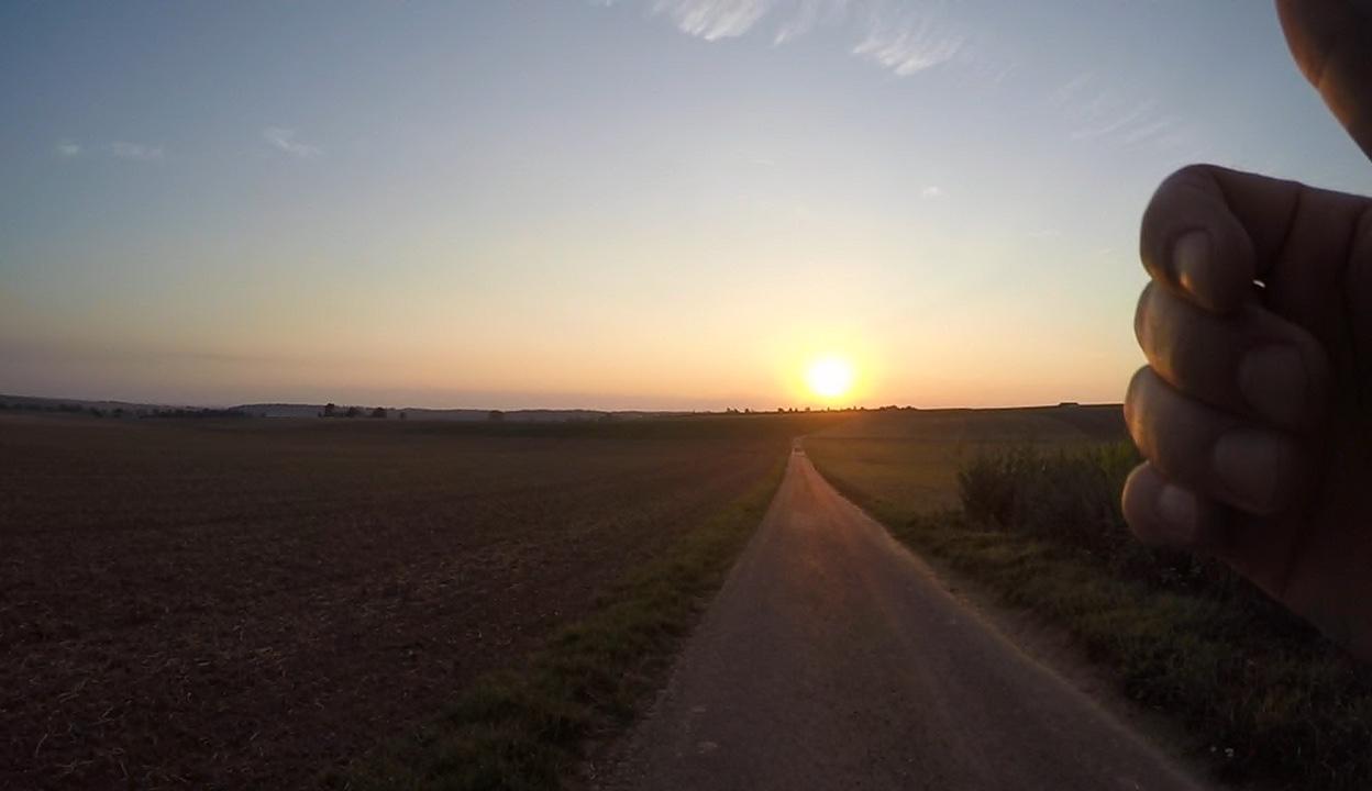 Es gibt nicht Schöneres, als gut gelaunt in den Sonnenaufgang zu laufen.